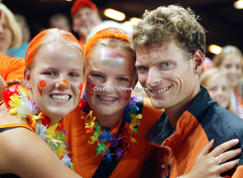 20030921, Zwolle, Davis Cup, NL-India, Sjeng Schalken poses with Dutch supporters