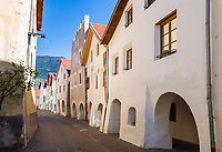 Italy, South Tyrol (Trentino - Alto Adige), Val Venosta, Glurns (Italian: Glorenza): the only town in Val Venosta, lane Laubengasse   Italien, Suedtirol (Trentino - Alto Adige), Vischgau, Glurns: die einzige Stadt im Vinschgau, die Laubengasse