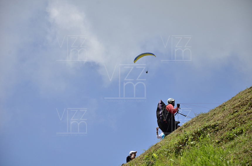 APÍA -COLOMBIA. 24-03-2013. Aspectos del IV Ecuentro de Parapentismo 'Valle del Risaralda' realizado en  el voladero el Zarzo de esta población del departamento de Risaralda. A este evento asistieron más de 100 deportistas de todo el país./ Aspects of  the IV Paragliding meeting 'Valle de Risaralda' realized in the Zarzo voladero of this county of Risaralda department. At this event attended more than 100 paragliders from all country. Photo: VizzorImage/STR