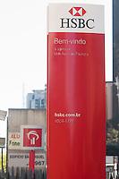 SÃO PAULO,SP, 03.08.2015 - ECONOMIA-SP - Agências do Bradesco e do HSBC na Avenida Paulista, em São Paulo. O Bradesco confirmou, em fato relevante ao mercado, que adquiriu o HSBC Brasil por R$ 17,6 bilhões (US$ 5,186 bilhões), conforme antecipou ontem o Broadcast. O valor, com base no patrimônio líquido da instituição, de dezembro último, de R$ 11,2 bilhões, será ajustado pela variação patrimonial e pago na data da conclusão da operação. Com a aquisição, o Bradesco assumirá todas as operações do HSBC no Brasil, incluindo o banco de varejo, seguros e administração de ativos, bem como todas as agências e clientes, conforme antecipou com exclusividade o Broadcast em 20 de julho. (Foto: Gabriel Soares/Brazil Photo Press)
