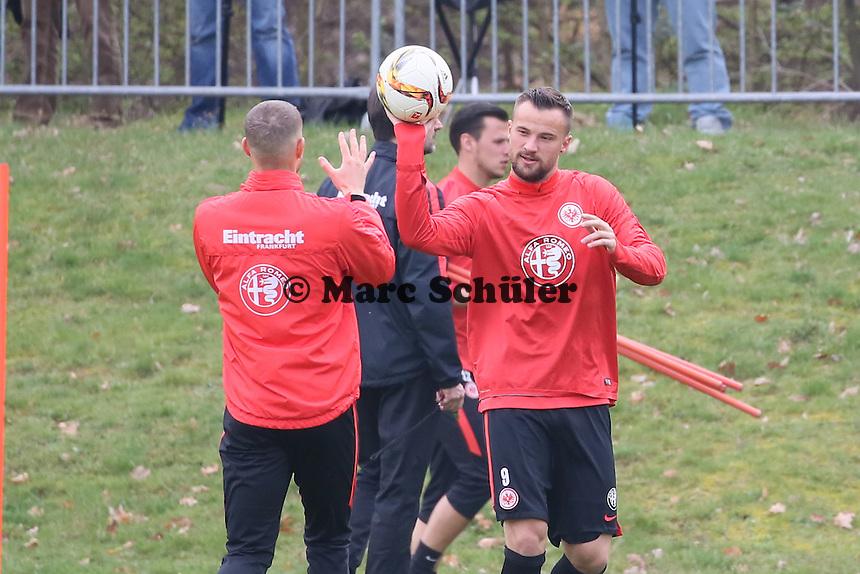 Haris Seferovic und Sonny Kittel beim Aufwärmspiel - Eintracht Frankfurt Training, Commerzbank Arena