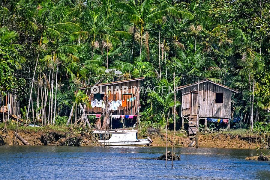 Casa de ribeirinho em meio a acaizal em ilha do rio Tocantins, Cameta. Para. 2017. Foto Luciana Whitaker