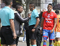 IPIALES - COLOMBIA, 29-08-2019: Alexis Garcia técnico del Pasto discute con Keiner Jimenez, árbitro, durante partido por los cuartos de final de la Copa Águila 2019 entre Deportivo Pasto y Deportivo Pereira jugado en el estadio Estadio Municipal de Ipiales. / Alexis Garcia coach of Deportivo Pasto discuss with Kiner Jimenez, referee, during match for the quaterfinals of the Aguila Cup 2019 between Deportivo Pasto and Deportivo Pereira played at Municipal stadium of Ipiales. Photo: VizzorImage / Leonardo Castro / Cont