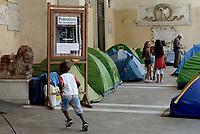 Roma, 8 Settembre 2017<br /> Famiglie sgomberate il 10 Agosto dal palazzo occupato in Via Quintavalle a Cinecittà ancora accampate nella Basilica Santi Apostoli