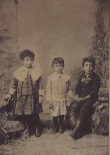 Francisco Noel Henríquez Ureña a la derecha. A la izquierda, su hermano Pedro y en el centro su hermano Max. Foto de agosto de 1888.