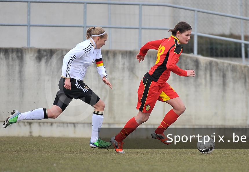 Belgie U17 - Duitsland U17 : Lotte Aertsen aan de bal voor Johanna Tietge (C).foto DAVID CATRY / Vrouwenteam.be