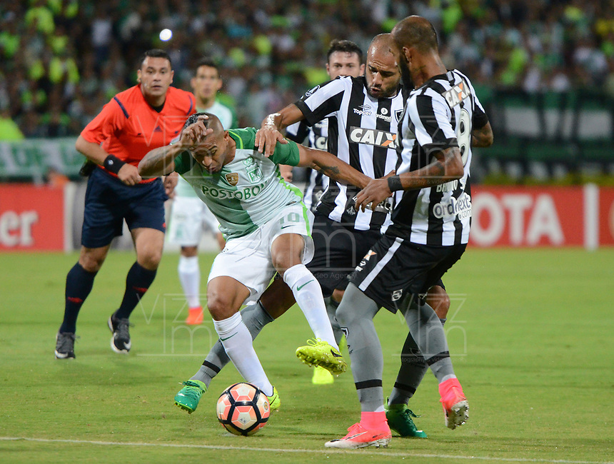 MEDELLÍN -COLOMBIA-13-04-2017. Macnelly Torres (Izq) jugador de Atlético Nacional de Colombia disputa el balón con Roger (C) y Bruno Silva (Der) jugadores de Botafogo de Brasil durante partido por la fecha 2, fase de grupos, de la Copa CONMEBOL Libertadores Bridgestone 2017 jugado en el estadio Atanasio Girardot de la ciudad de Medellín. / Macnelly Torres (L) player of Atletico Nacional of Colombia fights for the ball with Roger (C) and Bruno Silva (R) players of Botafogo of Brazil during match for the date 2, groupe  phase, of the Copa CONMEBOL Libertadores Bridgestone 2017 played at Atanasio Girardot stadium in Medellin city. Photo: VizzorImage/ León Monsalve /Cont