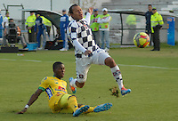 TUNJA -COLOMBIA-29-03-2014. Juan Perez (Izq) de Chico FC disputa el balón con jugador (Der) de Huila en partido por la fecha 13 de la Liga Postobón I 2014 jugado en el estadio La Independencia de la ciudad de Tunja./ Chico FC player Juan Perez (L) fights for the ball with Huila player (R) during match valid for the 13th date of the Postobon League I 2014 played at La Independencia stadium in Tunja city.  Photo: VizzorImage/STR