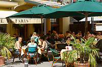 CHE, SCHWEIZ, Kanton Bern, Berner Oberland, Interlaken: Cafe de Paris am Marktplatz | CHE, Switzerland, Bern Canton, Bernese Oberland, Interlaken: Cafe de Paris at the market square