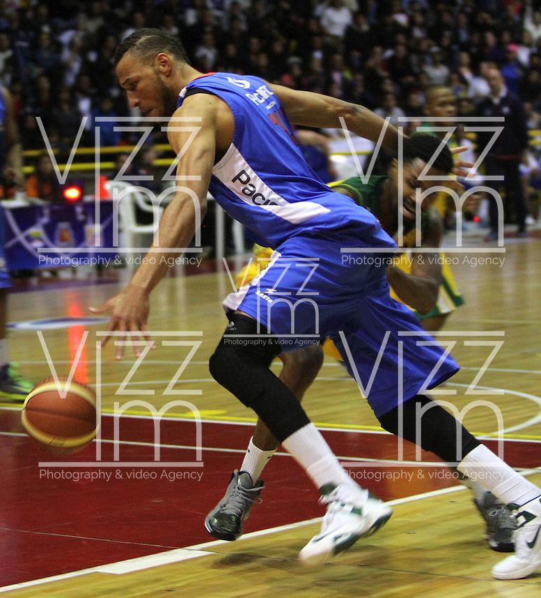 BOGOTA -COLOMBIA-07-06-2014. Jhon   Hernandez (Izq) de Guerreros de Bogota disputa el balon con Randal Hunter (Der)de Cimarrones de Quibdo durante el cuarto  partido por la final de La Liga Directv 1 de baloncesto jugado en el coliseo El Salitre . Jhon Hernandez (L)  of Guerreros de Bogota dispute the ball with Randal Hunter (Der) of Cimarrones de Quibdo during game four by the end of La Liga Directv 1 basketball played at the Coliseum El Salitre. Photo: VizzorImage / Felipe Caicedo /  Staff