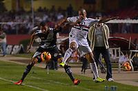 SÃO PAULO, SP, 12 DE SETEMBRO DE 2013 - CAMPEONATO BRASILEIRO - SÃO PAULO x PONTE PRETA: Welliton (d) e Ferron (e) durante partida São Paulo x Ponte Preta, válida pela 20ª rodada do Campeonato Brasileiro de 2013, disputada no estádio do Morumbi em São Paulo. FOTO: LEVI BIANCO - BRAZIL PHOTO PRESS.