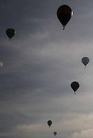 TORRES, RS, 02 DE MAIO 2013 - FESTIVAL INTERNACIONAL  DE BALONISMO - Primeira prova do Festival Internacional de Balonismo, em Torres, litoral norte do Rio Grande do Sul, na manhã desta quinta-feira, 02. O evento reunirá pilotos de vários lugares do mundo como Argentina, Peru, Austrália, França e Reino Unido e segue até domingo (5).FOTO: VANESSA CARVALHO - BRAZIL PHOTO PRESS.