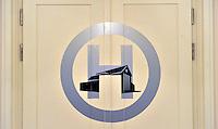 Dresden Hellerau - Das Logo des Festspielhaus Hellerau an einer Tür zum großen Saal. Das von Architekt Heinrich Tessenow konstruierte Gebäude wurde 1912 erbaut. Foto: Norman Rembarz