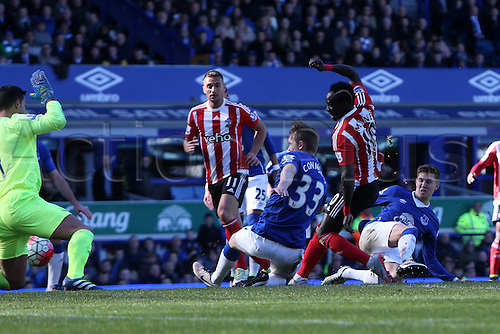 16.04.2016. Goodison Park, Everton, England. Barclays Premier League. Everton versus Southampton. Sadio Mané of Southampton beats Joel Robles, Everton goalkeeper at close range to make the score 1-1.