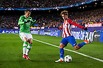 Antoine Griezmann of Atletico de Madrid battles for the ball with Santiago Arias of PSV Eindhoven during their 2016-17 UEFA Champions League match between Atletico de Madrid and PSV Eindhoven at the Vicente Calderón Stadium on 23 November 2016 in Madrid, Spain. Photo by Diego Gonzalez Souto / Power Sport Images