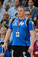 Trainer Dirk Beuchler (TBV) verfolgt angespannt das Spiel