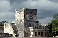 Zona arqueologica de Chichen Itza Zona arqueol&oacute;gica  <br /> Chich&eacute;n Itz&aacute;Chich&eacute;n Itz&aacute; maya: (Chich&eacute;n) Boca del pozo; <br /> de los (Itz&aacute;) brujos de agua. <br /> Es uno de los principales sitios arqueol&oacute;gicos de la <br /> pen&iacute;nsula de Yucat&aacute;n, en M&eacute;xico, ubicado en el municipio de Tinum.<br /> *Photo:&copy;Francisco*Morales/DAMMPHOTO.COM/NORTEPHOTO
