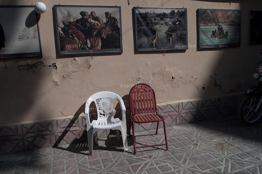 AFGHANISTAN - KABOUL - aout 2009 : Locaux de l'association Aina. Cours dans laquelle sont exposees des photographies prises par Reza. ..AFGHANISTAN - KABUL - August 2009 : Offices of Aina World. Reza's photographs exhibited in the courtyard.