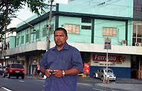 Nivaldo Marinho, ex assessor do deputado estadual pelo Amazonas Mário Frota,acusao parlamentar de pedir propina em nome do senador Jáder Barbalho ao empresário David Benayon para liberar recursos da Sudam. <br />Marinho que fez uma gravação em fita das conversas do deputado afirma que as reuniões para discutir as propinas eram feitas na loja do cunhado do parlamentar(em segundo plano , Armazem Ferrajão).  <br />Manaus Amazonas Brasil <br />26/07/2001.<br />Foto Paulo Santos/Interfoto