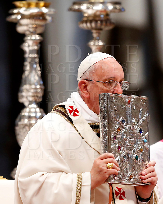 Papa Francesco celebra la Santa Messa del Crisma in occasione del Gioved&igrave; Santo, nella Basilica di San Pietro, Citta' del Vaticano, 17 aprile 2014.<br /> Pope Francis celebrates the Chrism Mass marking the start of Easter celebrations, in St. Peter's Basilica at the Vatican, 17 April 2014.<br /> UPDATE IMAGES PRESS/Riccardo De Luca<br /> <br /> STRICTLY ONLY FOR EDITORIAL USE