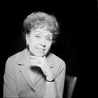 Juliette Petrie <br /> (date inconnue)<br /> <br /> Juliette Petrie (née Marie Juliette Joséphine Yvonne Vermeersch à Saint-Hyacinthe, 18 février 19001 - Montréal, 13 mars 1995) est une artiste de burlesque, comédienne et humoriste ayant travaillé sur scène, à la télévision et au cinéma. <br /> <br /> PHOTO : Agence Quebec Presse - Roland lachance