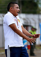 POPAYAN -COLOMBIA-19-07-2014. Cesar Torres técnico de Universitario de Popayan gesticula durante partido con América de Cali  por la fecha 1 del Torneo Postobón II 2014 jugado en el estadio Ciro Lopez de la ciudad de Popayan./ Cesar Torres coach of Universitario de Popayan reacts during the match against America de Cali for the first date of Postobon Tournament II 2014 played at Ciro Lopez stadium in Popayan city. Photo: VizzorImage/Juan C. Quintero/STR