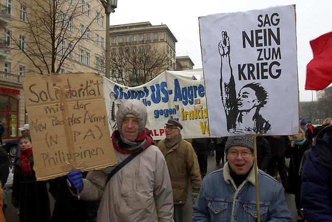 Gedenken an Luxemburg und Liebknecht in Berlin<br /> Zum Gedenken an die vor 84 Jahren, am 15. Januar 1919, ermordeten Arbeiterfuehrer Rosa Luxemburg und Karl Liebknecht zogen mehrere zehntausend Menschen in einer Demonstration zur Gedenkstaette der Sozialisten nach Berlin-Friedrichsfelde. Deie Demonstration wurde eine von roten Fahnen gepraegte Demonstration gegen einen moeglichen Krieg gegen den Irak.<br /> Berlin, 12.1.2003<br /> Copyright: Christian-Ditsch.de<br /> [Inhaltsveraendernde Manipulation des Fotos nur nach ausdruecklicher Genehmigung des Fotografen. Vereinbarungen ueber Abtretung von Persoenlichkeitsrechten/Model Release der abgebildeten Person/Personen liegen nicht vor. NO MODEL RELEASE! Nur fuer Redaktionelle Zwecke. Don't publish without copyright Christian-Ditsch.de, Veroeffentlichung nur mit Fotografennennung, sowie gegen Honorar, MwSt. und Beleg. Konto: I N G - D i B a, IBAN DE58500105175400192269, BIC INGDDEFFXXX, Kontakt: post@christian-ditsch.de<br /> Bei der Bearbeitung der Dateiinformationen darf die Urheberkennzeichnung in den EXIF- und  IPTC-Daten nicht entfernt werden, diese sind in digitalen Medien nach &sect;95c UrhG rechtlich geschuetzt. Der Urhebervermerk wird gemaess &sect;13 UrhG verlangt.]