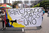 MEDELLIN - COLOMBIA - 09-04-2013: Miles de ciudadanos participaron en la marcha por la Paz en Medellín, abril 09 de 2013. Miles de Colombianos encabezados por el Presidente Juan Manuel Santos, marcharon por la Paz en las calles de las ciudades del país (Foto: VizzorImage / Luis Rios / Str.) Thousands of people participated in the march for peace in Medellin, April 9, 2013. Thousands of Colombians headed by President Juan Manuel Santos, marched for peace on the streets of the cities of the country (Photo: VizzorImage / Luis Rios / Str).