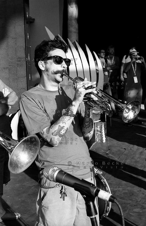 Festival di trombe e ottoni di Guca (Cacak). Un trombettista sul palco durante le prove --- Trumpet festival of Guca (Cacak). A trumpeter rehearsing on stage