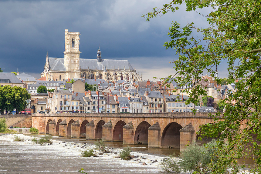 France, Nièvre (58), Nevers, cathédrale Saint-Cyr-et-Sainte-Julitte et pont sur la Loire