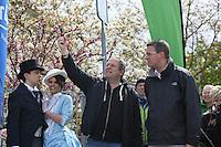 HR4 Programmchef Martin Lauer (2vr), Oberbürgermeister Patrick Burghardt(r.) und das Hessentagspaar 2017 Selma Kücükyavuz und Marcel Sedlmayer am Start zum HR4-Walking Day