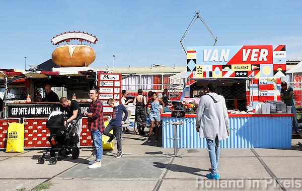 Nederland Amsterdam 2015 07 31. Amsterdam Kookt festival op de NDSM Werf. Amsterdam Kookt is een festival met foodtrucks en muziek