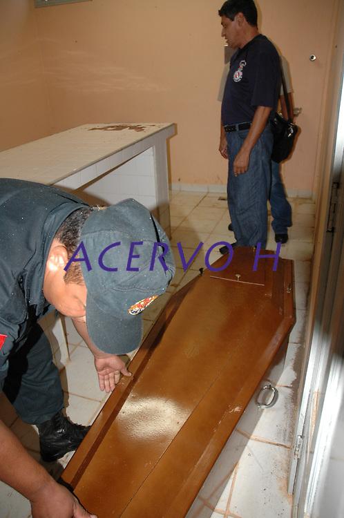 Assassinato irmã Dorothy Stang<br />O corpo da missionária americana Dorothy Stang, da congregação irmãs de Notre Dame, 73 anos, é levado por moradores e policiais para o avião que a levará a Belém onde será periciado pelo instituto médico legal,. Irmã Dorothy foi assassinada brutalmente as 7: 30 da manhã de ontem (12/02/2005) quando saia de uma casa no assentamento feito pelo Incra conhecido como  PDS Esperança. Conforme os  levantamentos preliminares a religiosa foi morta com 9 tiros , dois dos quais na cabeça.<br />Anapú, Pará, Brasil<br />13/02/2005<br />Foto Paulo Santos Policiais lacram o caixão com o corpo da missionária americana Dorothy Stang, da congregação das irmãs de Notre Dame, 73 anos, 28 dos quais na Amazônia, trabalhando com pequenos agricultores pela reforma agrária, é transportado por moradores e policiais para avião que levará seu corpo à cidade de Belém, capital do estado do Pará, onde será periciado pelo instituto médico legal, e voltará para ser enterrado. Irmã Dorothy como era conhecida em toda região da Transamazônica foi assassinada brutalmente as 7: 30 da manhã de ontem (12/02/2005) quando saia de uma casa no assentamento feito pelo Incra conhecido como Esperança. Conforme o médico legista em seus levantamentos preliminares a religiosa foi morta com 9 tiros , dois dos quais na cabeça.<br /> Anapú, Pará, Brasil<br /> 13/02/2005<br /> Foto Paulo Santos/