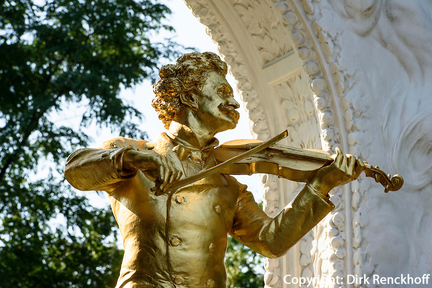 Denkmal von Walzerk&ouml;nig Johann Strauss - Sohn im Stadtpark, Wien, &Ouml;sterreich, UNESCO-Weltkulturerbe<br /> Monument of Johann Strauss-son in the Stadtpark, Vienna, Austria, world heritage