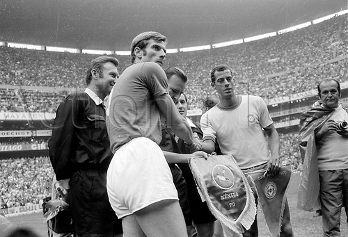 21.06.1970. Mexico City, Mexico. 1970 FIFA World Cup Football Final. Brasil versus Italy. Giacinto Facchetti (Italy) and Carlos Alberto (Brasil) exchange pendants before the game