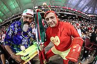 Un hombre viste de el capulín colorado es acompañado de un ¨Matakero¨ en apoyo a Mexico , durante el segundo partido semifinal de la Serie del Caribe en el nuevo Estadio de  los Tomateros en Culiacan, Mexico, Lunes 6 Feb 2017. Foto: AP/Luis Gutierrez