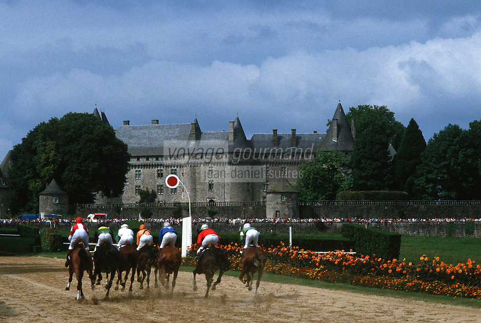 Europe/France/Limousin/19/Corrèze/Pompadour : Course hippique devant le château de Pompadour (XV° siècle)