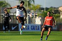 SAO PAULO, SP 12 MAIO 2013 - TREINO CORINTHIANS - Os jogadores Gil e Ralf do Corinthians, durante o treino de hoje, 16, no Ct. Dr. Joaquim Grava, na zona leste de São Paulo. FOTO: PAULO FISCHER/BRAZIL PHOTO PRESS.