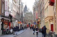 Nederland -  Amsterdam-    2018. De Zeedijk. Op de achtergrond De Waag.  Cafe-restaurant Loetje. Foto Berlinda van Dam / Hollandse Hoogte