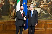 Il Presidente del Parlamento Europeo Martin Schulz si incontra con Mario Monti.European Parliament President Martin Schulz, left, shakes hands with Italian Premier Mario Monti during their meeting at Chigi Palace, in Rome.