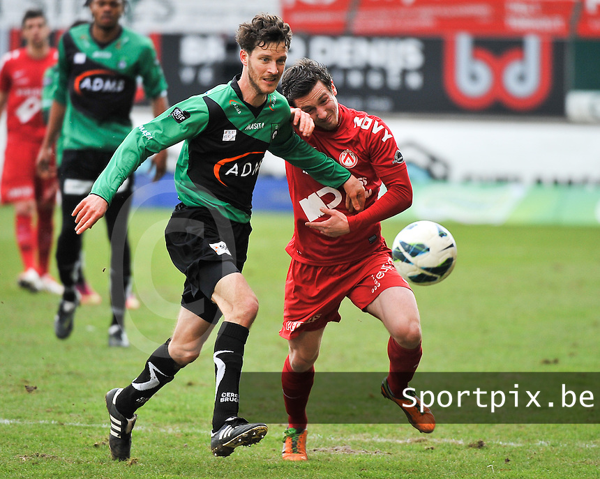 KV Kortrijk - Cercle Brugge : Frederik Boi in duel met Brecht Dejaegere (rechts).foto VDB / BART VANDENBROUCKE