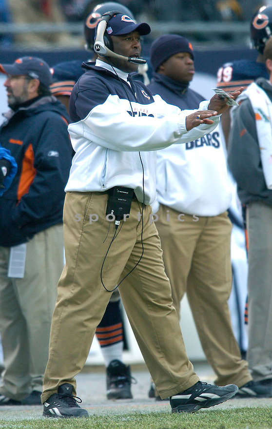 Lovie Smith, of the Chicago Bears in game action against the Green Bay Packers on 1/2/05.Bears lost 14-31..Chris Bernacchi / SportPics