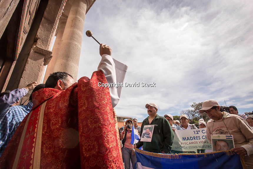 Tequisquiapan, Quer&eacute;taro. 23 de noviembre de 2016.-  Doceava Caravana de Madres Centroamericanas de Migrantes Desaparecidos, recibieron la bendici&oacute;n y celebraron una misa para dar &aacute;nimos en la b&uacute;squeda de los familiares desaparecidos. Posteriormente activistas de Desaparecidos Justicia AC, recibieron la caravana con flores blancas y abrazos.<br /> <br /> <br /> <br /> Foto: David Steck.