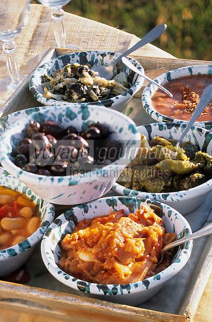 """Europe/Italie/Calabre/Filandari ; Déjeuner sur l'herbe antipasti de l'auberge """"Frammiche"""" - Stylisme : Valérie LHOMME"""