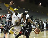 BOGOTA - COLOMBIA - 23-04-2013: Leonard Mendez (Der.) de Piratas de Bogotá, disputa el balón con Phillips Brooks (Izq.) de Bucaros de Bucaramanga, abril 23 de 2013. Piratas y Bucaros en la cuarta fecha de la fase II de la Liga Directv Profesional de baloncesto en partido jugado en el Coliseo El Salitre. (Foto: VizzorImage / Luis Ramírez / Staff). Leonard Mendez (R) of Piratas from Bogota, fights for the ball with Phillips Brooks (L) of Bucaros from Bucaramanga, April 23, 2013. Pirates and Bucaros in the fourth match of the phase II of the Directv Professional League basketball, game at the Coliseum El Salitre. (Photo: VizzorImage / Luis Ramirez / Staff)..