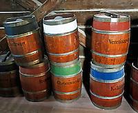 Zaanse Schans - Verfmolen de Kat. Tonnen waarin pigmentpoeder wordt bewaard