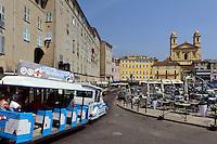 Kirche-Saint-Jean Baptiste und Touristenbahn am Jachthafen in Bastia, Korsika, Frankreich