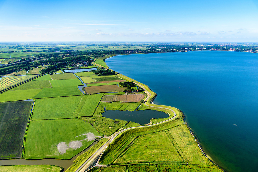 Nederland, Noord-Holland, Gemeente Edam-Volendam, 13-06-2017; Schardam, Hogermeerdijk, IJsselmeerdijk ten zuiden van Scharwoude.<br /> De dijk staat op de nominatie om verstrekt te worden, bewoners en actievoerders vrezen aantasting van de monumentale dijk en verlies culturele waarden.<br /> Village Schardam and former seawall, south of Hoorn.<br /> The dike is nominated to be reinforced, residents and activists fear losing the monumental quality of the dike and losing other cultural values.<br /> <br /> luchtfoto (toeslag op standaard tarieven);<br /> aerial photo (additional fee required);<br /> copyright foto/photo Siebe Swart