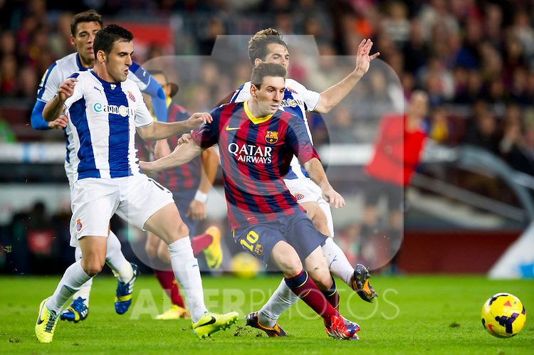 FC Barcelona's Leo Messi (center) and RCD Espanyol's Juan Fuentes (left) and Victor Sanchez (right) during La Liga 2013-2014 match. November 1, 2013. (ALTERPHOTOS/Alex Caparros)