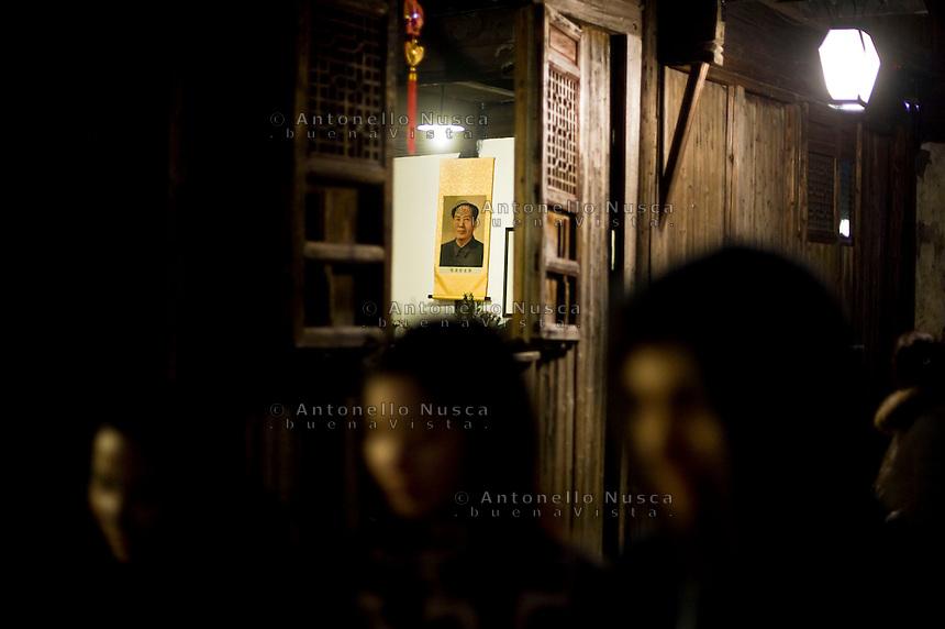 Un ritratto di Mao Tse-tung in una vecchia casa in un vicolo di Shanghai.<br /> A portrait of Mao Tse-tung is seen inside of a house